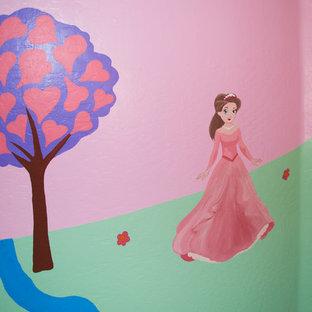 Immagine di un'ampia cameretta per bambini da 1 a 3 anni moderna con pareti rosa