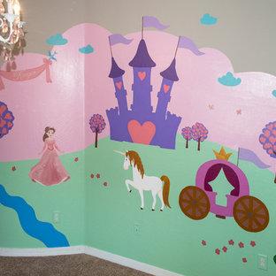 Immagine di un'ampia cameretta per bambini da 1 a 3 anni minimalista con pareti rosa