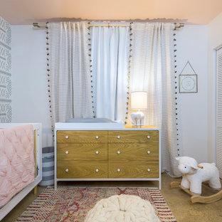 Idéer för ett mellanstort modernt barnrum kombinerat med sovrum, med vita väggar, klinkergolv i porslin och orange golv