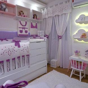 Esempio di una cameretta per bambini da 1 a 3 anni boho chic di medie dimensioni con pareti viola, pavimento in pietra calcarea e pavimento marrone