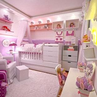 Cette image montre une chambre d'enfant de 1 à 3 ans bohème de taille moyenne avec un mur violet, un sol en calcaire et un sol marron.