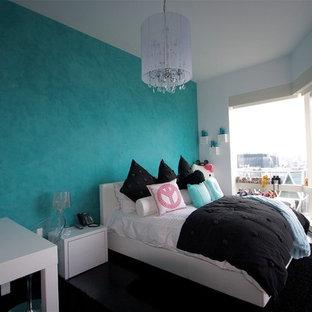 Inspiration för stora moderna barnrum kombinerat med sovrum, med blå väggar, mörkt trägolv och svart golv