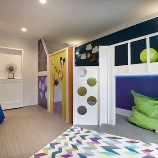 Inspiration för mellanstora könsneutrala barnrum kombinerat med lekrum och för 4-10-åringar, med flerfärgade väggar och vinylgolv
