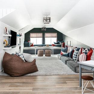 Cette image montre une chambre d'enfant de 4 à 10 ans traditionnelle de taille moyenne avec un sol en vinyl, un mur blanc et un sol marron.