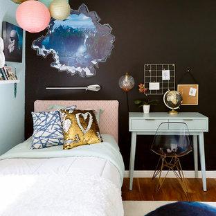 Immagine di una cameretta per bambini minimal con pareti blu, pavimento in legno massello medio e pavimento marrone