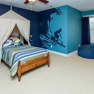 Immagine di una cameretta per bambini da 4 a 10 anni american style di medie dimensioni con pareti blu e moquette