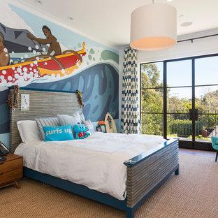 Ispirazione per una cameretta per bambini mediterranea con pareti multicolore, parquet scuro e pavimento marrone
