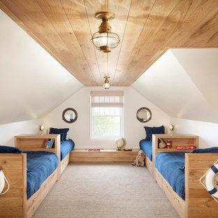 Maritim inredning av ett barnrum kombinerat med sovrum, med vita väggar