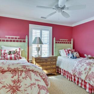 Foto på ett mellanstort maritimt könsneutralt tonårsrum kombinerat med sovrum, med röda väggar, heltäckningsmatta och beiget golv