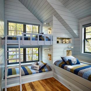 Diseño de dormitorio infantil de 4 a 10 años, de estilo de casa de campo, con paredes blancas, suelo de madera en tonos medios y suelo marrón