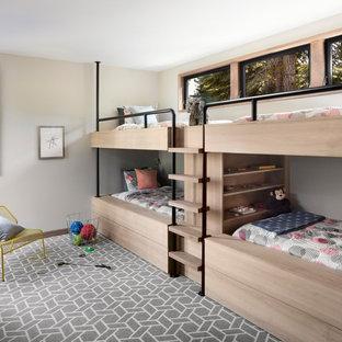 Großes, Neutrales Modernes Kinderzimmer mit Schlafplatz, grauer Wandfarbe und Teppichboden in San Francisco