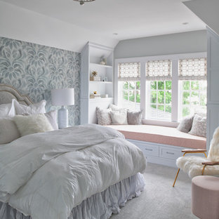 Idéer för ett mellanstort shabby chic-inspirerat barnrum kombinerat med sovrum, med flerfärgade väggar, heltäckningsmatta och grått golv