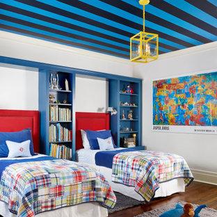 Idées déco pour une grand chambre d'enfant classique avec un mur blanc, un sol en bois foncé, un sol marron et un plafond en papier peint.