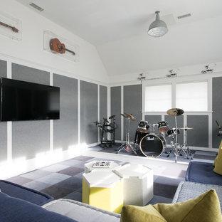Cette image montre une chambre d'enfant traditionnelle avec un mur gris, moquette et un sol bleu.