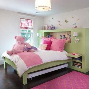 Idee per una cameretta per bambini da 4 a 10 anni tradizionale con pareti bianche e parquet scuro