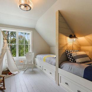 Foto di una cameretta per bambini da 4 a 10 anni costiera di medie dimensioni con pareti beige, pavimento grigio e pavimento in legno verniciato