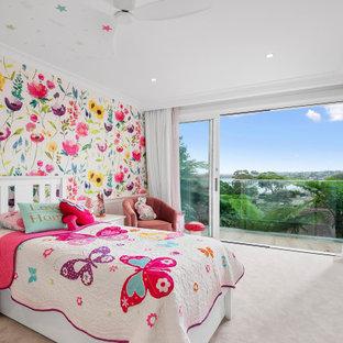 Esempio di una grande cameretta per bambini da 4 a 10 anni stile marino con pareti multicolore, moquette, pavimento rosa e carta da parati