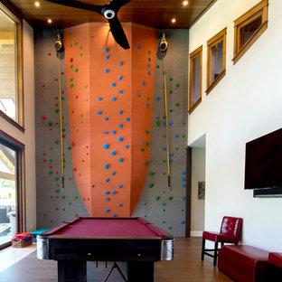 Idee per un'ampia cameretta per bambini da 4 a 10 anni american style con pareti grigie, pavimento in legno massello medio e pavimento grigio