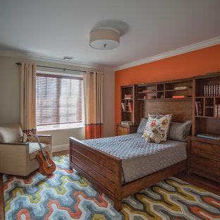 Imagen de dormitorio infantil de 4 a 10 años, tradicional renovado, grande, con parades naranjas, suelo de madera en tonos medios y suelo marrón