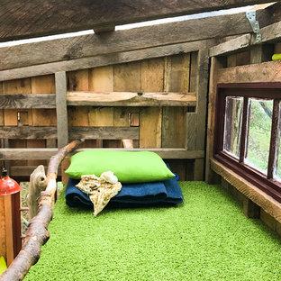 Kleines, Neutrales Uriges Kinderzimmer mit Spielecke, brauner Wandfarbe, gebeiztem Holzboden und blauem Boden in Seattle