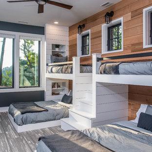 Modelo de dormitorio infantil de 4 a 10 años, rural, grande, con paredes marrones, suelo gris y moqueta