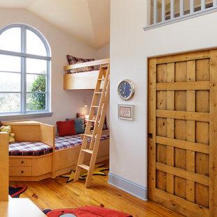 Diseño de dormitorio infantil de 4 a 10 años, mediterráneo, grande, con paredes blancas y suelo de madera en tonos medios