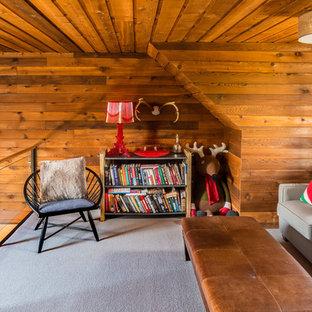 Diseño de dormitorio infantil rústico, grande, con paredes marrones y moqueta