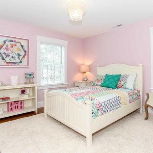 Immagine di una cameretta per bambini american style di medie dimensioni con pareti rosa e pavimento in legno massello medio