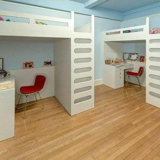 Mittelgroßes Shabby-Look Kinderzimmer mit Schlafplatz, blauer Wandfarbe und Teppichboden in New York