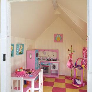 Пример оригинального дизайна: огромная детская с игровой в средиземноморском стиле с желтыми стенами, полом из линолеума и разноцветным полом для ребенка от 1 до 3 лет, девочки