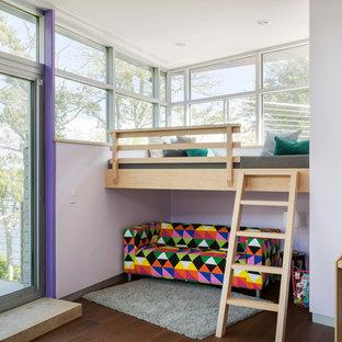 Idee per una cameretta per bambini contemporanea con pareti viola e parquet scuro