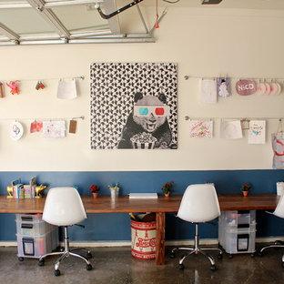 Idéer för eklektiska könsneutrala barnrum kombinerat med skrivbord och för 4-10-åringar, med betonggolv och flerfärgade väggar