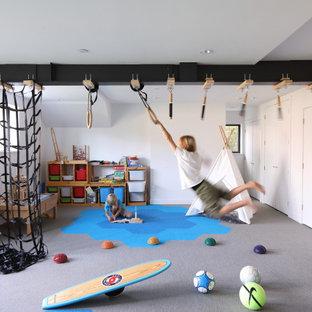 Modernes Kinderzimmer mit Spielecke, weißer Wandfarbe, Teppichboden und grauem Boden in Vancouver