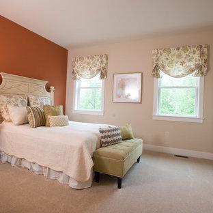 Foto di un'ampia cameretta per bambini stile americano con pareti beige, moquette e pavimento beige