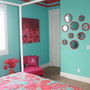 Idéer för mellanstora shabby chic-inspirerade barnrum kombinerat med sovrum, med blå väggar och heltäckningsmatta