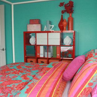 Idée de décoration pour une chambre d'enfant style shabby chic de taille moyenne avec un mur bleu et moquette.