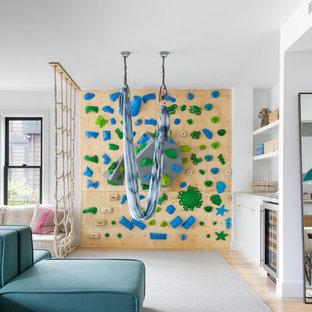 Großes, Neutrales Modernes Kinderzimmer mit Spielecke, weißer Wandfarbe und hellem Holzboden in San Francisco