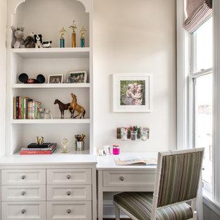 Cette image montre une chambre de fille victorienne avec un bureau, un mur beige, un sol en bois foncé et un sol marron.