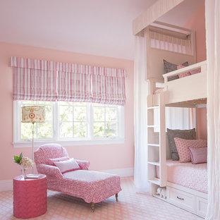 Inspiration för stora klassiska flickrum kombinerat med sovrum och för 4-10-åringar, med rosa väggar, heltäckningsmatta och rosa golv