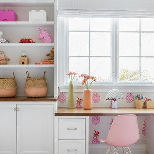 Réalisation d'une grand chambre d'enfant de 4 à 10 ans minimaliste avec un sol en bois clair et un sol beige.
