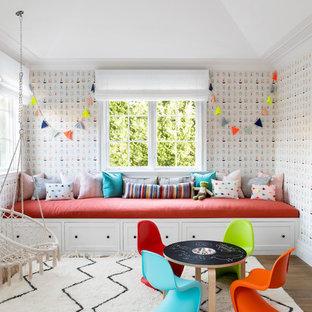 Großes, Neutrales Klassisches Kinderzimmer mit Spielecke, bunten Wänden, braunem Holzboden und braunem Boden in New York