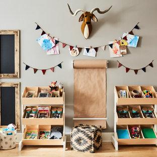 Ispirazione per una cameretta per bambini da 4 a 10 anni minimal di medie dimensioni con pareti beige, parquet chiaro e pavimento marrone