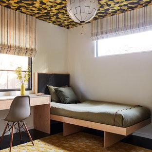 Inspiration för retro könsneutrala tonårsrum kombinerat med sovrum, med vita väggar och svart golv