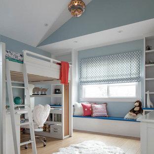 Imagen de dormitorio infantil clásico renovado con paredes azules y suelo de madera clara