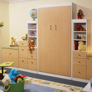 Mittelgroßes, Neutrales Eklektisches Kinderzimmer mit Spielecke, beiger Wandfarbe, Teppichboden und blauem Boden in Charleston