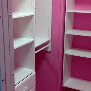 Esempio di una piccola cameretta per bambini chic con pareti rosa e moquette