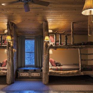 Idéer för ett stort rustikt könsneutralt barnrum kombinerat med sovrum, med beige väggar, skiffergolv och brunt golv