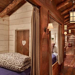 Idee per una piccola cameretta per bambini stile rurale con pareti beige, parquet scuro e pavimento marrone