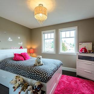 Inspiration pour une chambre d'enfant de 4 à 10 ans design avec un mur marron et un sol en bois foncé.