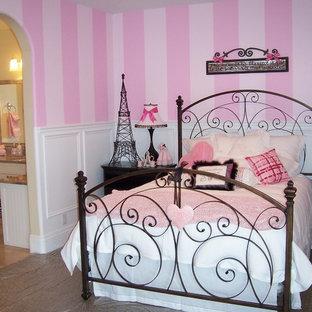 Idéer för ett mellanstort klassiskt barnrum kombinerat med sovrum, med rosa väggar och heltäckningsmatta